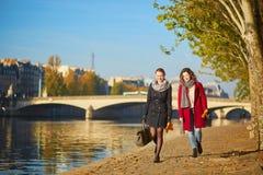 Dos chicas jóvenes que caminan junto en París Imagen de archivo