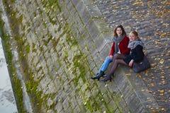 Dos chicas jóvenes que caminan junto en París Imágenes de archivo libres de regalías