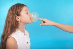 Dos chicas jóvenes que juegan con el chicle Imagen de archivo