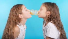 Dos chicas jóvenes que juegan con el chicle Fotos de archivo libres de regalías