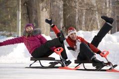 Dos chicas jóvenes que se divierten en parque hivernal Imagen de archivo libre de regalías
