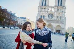 Dos chicas jóvenes que toman el selfie cerca de Notre-Dame en París Fotografía de archivo libre de regalías