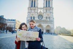 Dos chicas jóvenes que toman el selfie cerca de Notre-Dame en París Imágenes de archivo libres de regalías
