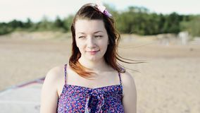 Dos chicas jóvenes y el hombre se divierten en sonrisa de la playa in camera Día asoleado Vacaciones metrajes