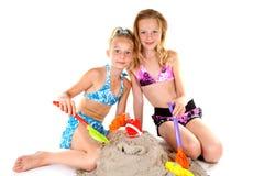 Dos chicas jóvenes en desgaste de la playa Fotografía de archivo libre de regalías