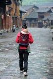 Dos chinois de femme de nationalité de Miao l'enfant Photos libres de droits