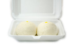 Dos chinos cocieron los bollos al vapor en la caja blanca aislada en el backgrou blanco Imagen de archivo