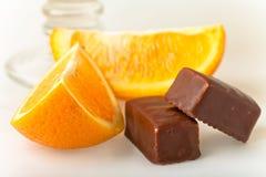 Dos chocolates con la rebanada anaranjada Foto de archivo libre de regalías