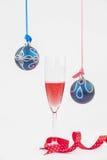 Dos chucherías colgantes y champán chispeante o de la Navidad Imagen de archivo