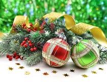 Dos chucherías de la Navidad con la conífera y el cordón Foto de archivo