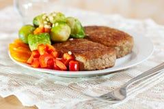 Dos chuletas fritas con broccol Foto de archivo libre de regalías
