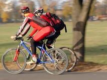 Dos ciclistas foto de archivo libre de regalías