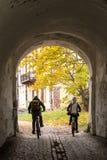 Dos ciclistas en el tonnel Foto de archivo libre de regalías