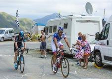 Dos ciclistas en los caminos de las montañas - Tour de France 2015 Imagenes de archivo