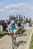 Dos ciclistas en París Roubaix 2014 Fotos de archivo libres de regalías