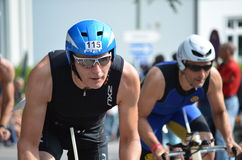 Dos ciclistas en un triathlon Imagen de archivo libre de regalías
