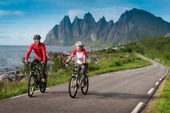 Dos ciclistas relajan biking Imagenes de archivo