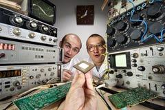 Dos científicos divertidos del empollón fotografía de archivo libre de regalías