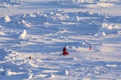 Dos científicos polares que trabajan en una masa de hielo flotante de hielo Imagen de archivo libre de regalías