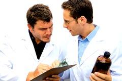 Dos científicos que trabajan junto Fotos de archivo libres de regalías