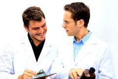 Dos científicos que trabajan junto Foto de archivo libre de regalías