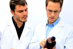 Dos científicos que trabajan junto Imágenes de archivo libres de regalías