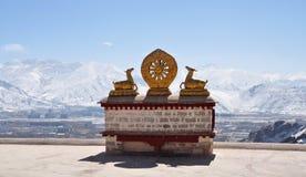 Dos ciervos de oro que flanquean un Dharma ruedan en el monasterio de Drepung Imágenes de archivo libres de regalías