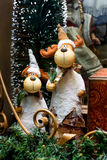 Dos ciervos divertidos de la Navidad en el travesaño Foto de archivo libre de regalías