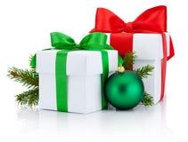Dos cintas atadas las cajas arquean, rama de la rama de árbol de pino y bola de la Navidad aisladas Imagen de archivo