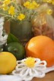 Dos citrinos vida ainda ajustada com flores amarelas Fotografia de Stock