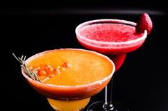 Dos clásicos y cóctel alcohólico del margarita de la fresa, blanco y rojo con la decoración de la sal al borde del vidrio foto de archivo