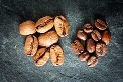 Dos clases de café: habas grandes y pequeñas Imagen de archivo