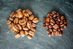 Dos clases de café: habas grandes y pequeñas Foto de archivo