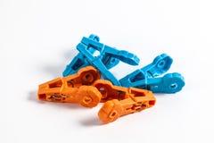 Dos clavijas de ropa plásticas coloreadas Imágenes de archivo libres de regalías