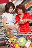 Dos clientes en supermercado. Foto de archivo
