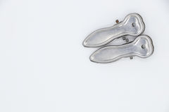 Dos clips del paño del metal en el fondo blanco Imagenes de archivo