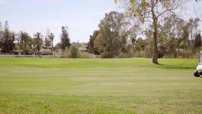 Dos cochecillos o carros golfing en un campo de golf almacen de metraje de vídeo