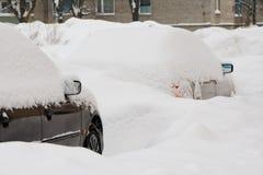 Dos coches bajo la nieve Fotografía de archivo