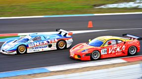 Dos coches de carreras en el circuito Assen, Drente, Holanda, los Países Bajos del TT Foto de archivo