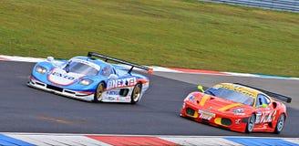 Dos coches de carreras en el circuito Assen, Drente, Holanda, los Países Bajos del TT Imágenes de archivo libres de regalías
