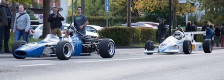 Dos coches de carreras solo-asentados obra clásica Imagen de archivo