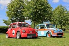 Dos coches de competición de Fiat Abarth en un parque Foto de archivo libre de regalías