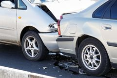 Dos coches en un accidente de tráfico en la calle Fotografía de archivo