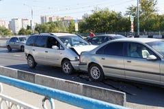 Dos coches en un accidente de tráfico en la calle Fotos de archivo libres de regalías