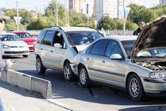 Dos coches en un accidente de tráfico en la calle Foto de archivo
