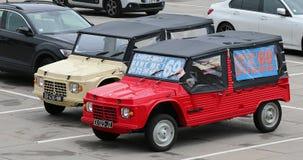 Dos coches franceses del vintage de Citroen Mehari almacen de metraje de vídeo