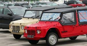 Dos coches franceses del vintage de Citroen Mehari almacen de video