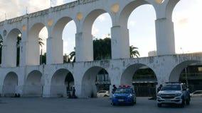 Dos coches policía en los arcos de Lapa, Rio de Janeiro, el Brasil metrajes