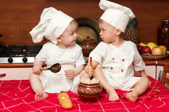 Dos cocineros divertidos Foto de archivo libre de regalías