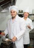 Dos cocineros en la cocina del restaurante Imágenes de archivo libres de regalías